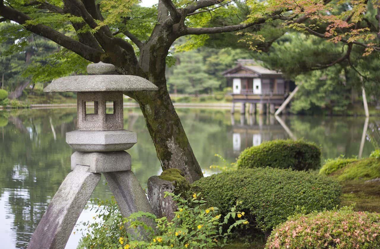 El Kotoji Toro, una linterna de piedra de dos patas que es uno de los símbolos más conocidos del Jardín Kenroku-en.